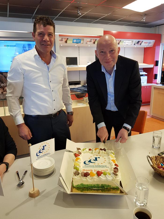 Taart aansnijden bij Overhoff Telecom en ICT Harderwijk