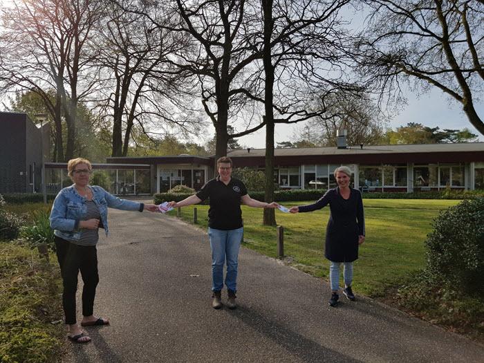 Els Poolen overhandigt sleutelhangers aan zorgpersoneel
