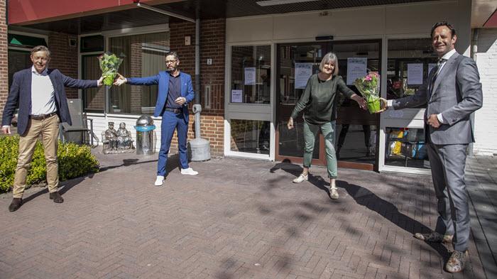 Gemeente overhandig hortensia aan verzorgingshuizen in Harderwijk