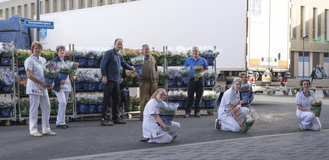 Fam de Groot schenkt hortensia aan zorgmedewerkers ziekenhuis Harderwijk