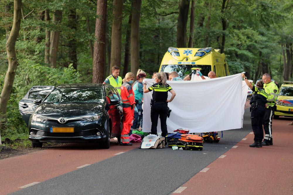 Mountainbiker op stilstaande auto geklapt