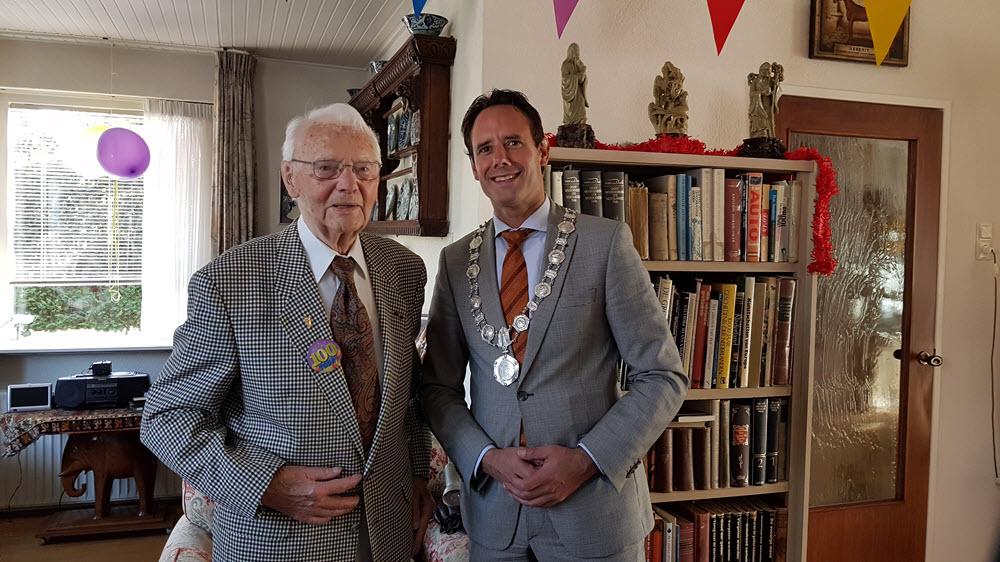 De heer Setz 100 jaar samen met burgemeester Harm-Jan van Schaik Harderwijk