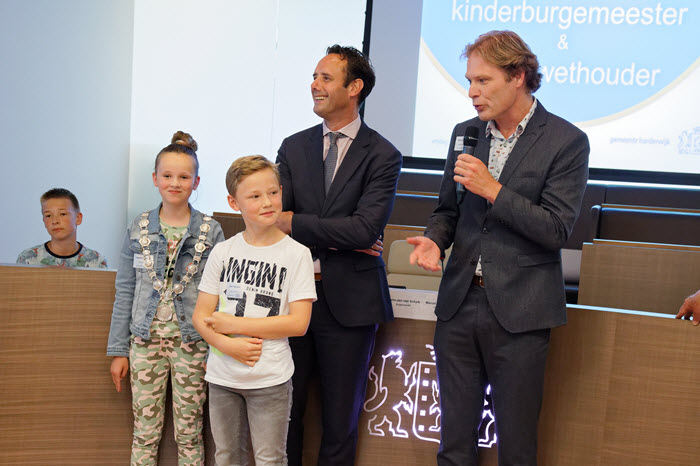 Kinderburgemeester en kinderwethouder gemeente Harderwijk Foto Ton Pors