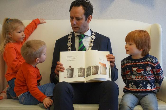 Burgemeester Harm-Jan van Schaik leest voor