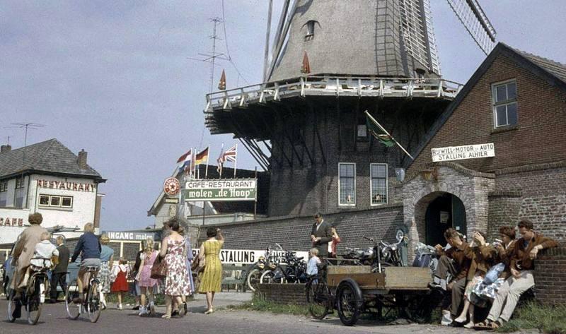 Boulevard in Harderwijk met Molen de Hoop uit 1960