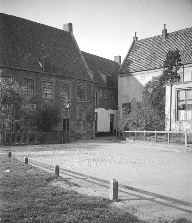 Kloosterplein met steegje naar de Academiestraat Harderwijk