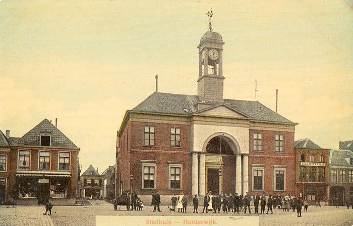 Het oude stadhuis op de Markt in Harderwijk