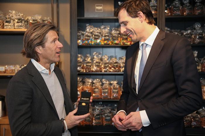 Minister van financien op bezoek bij Van Delft Biscuits