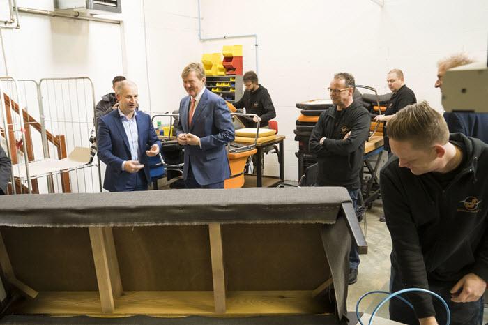 Koning Willem Alexander op bezoek bij Joustra Stoelverzorgers