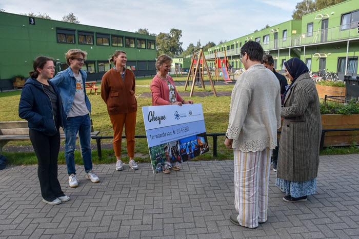 Overhandiging cheque CCNV aan AZC Harderwijk