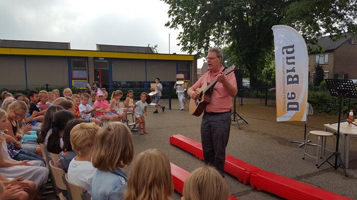 Directeur Rob van Leijenhorst geeft bijzondere les tijdens actiedag CBS de Brug Harderwijk