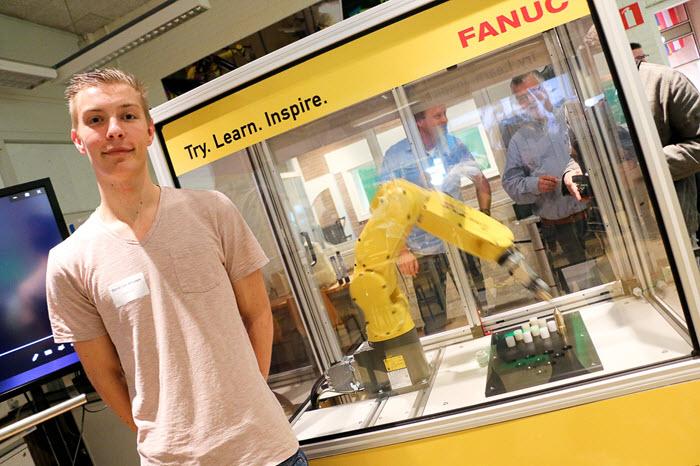 Onthulling robotarm Landstede student Daniel van Straaten