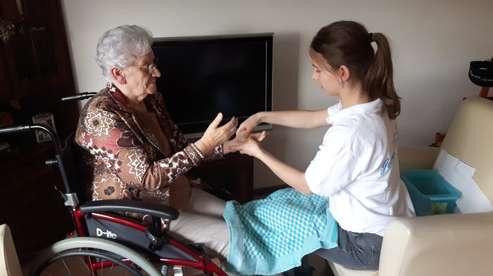 NL Doet leerling Morgen College verzorgt hand van oudere vrouw