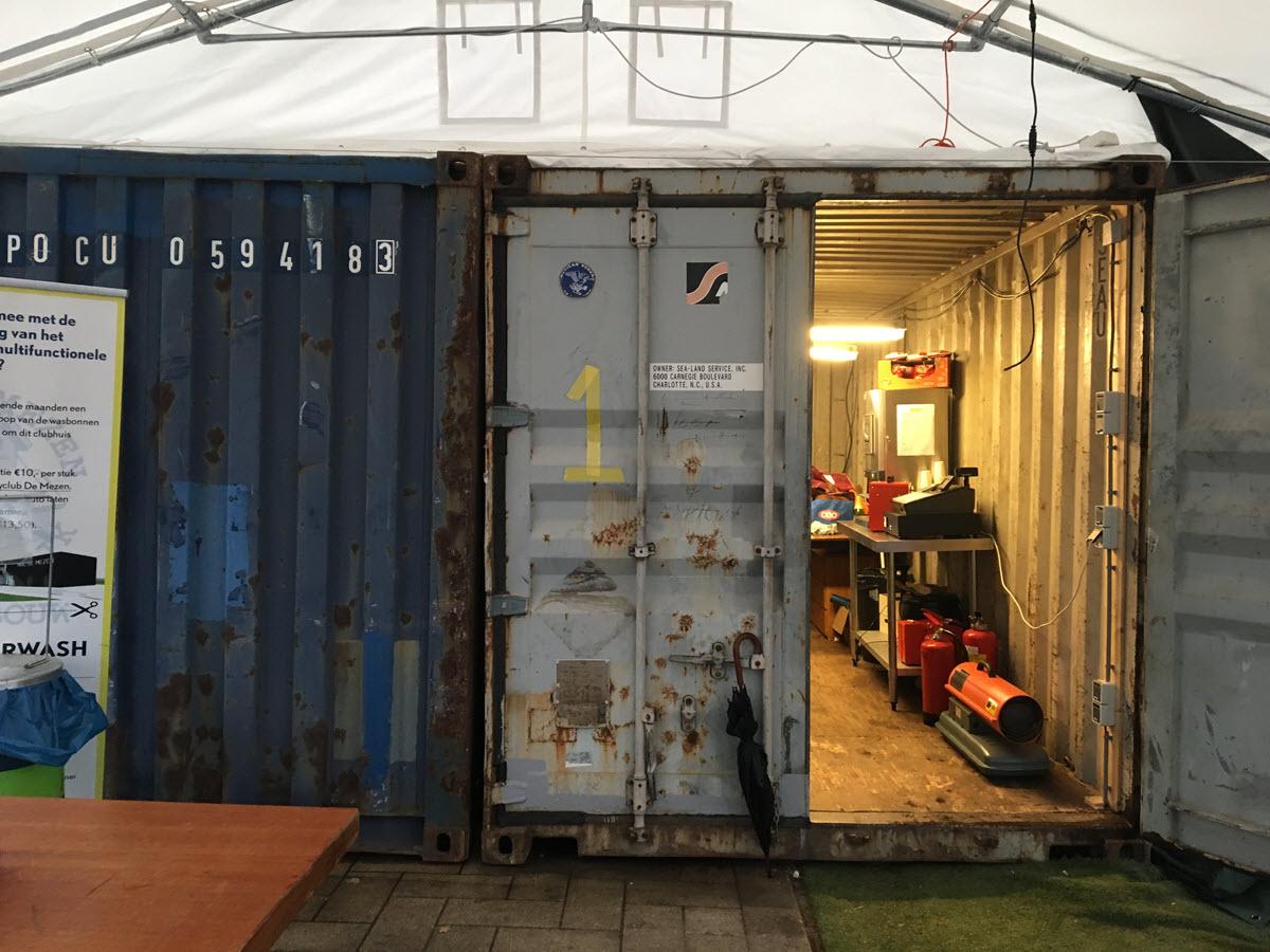 Container die dient als kleedkamer bij hockeyclub de Mezen Harderwijk