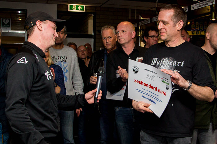 Cheque overhandiging sponsorloop Zwart Wit