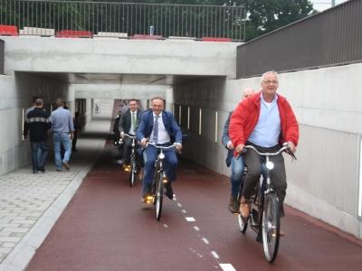 Fietsen met de wethouder onder de nieuwe fietstunnel Weisteeg Drielanden