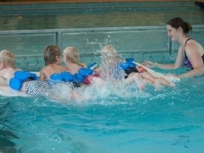 Zwemschool AquAnoa zaterdag op kleedjesmarkt Triasgracht Drielanden