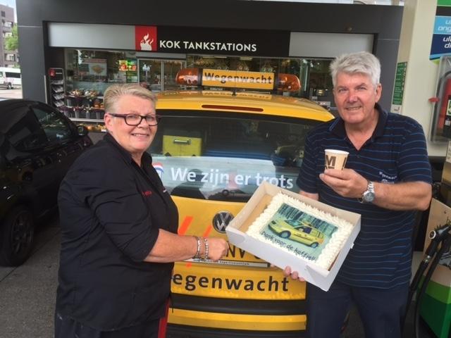 Na 10.000 bakjes koffie bij Kok Tankstations gaat de bekende wegenwachter Cees Roelofsen met pensioen