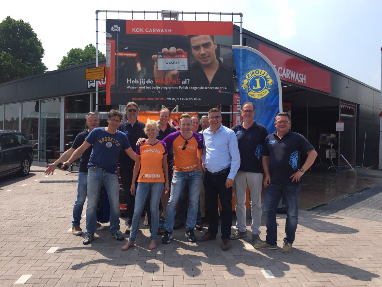 Lionsclub Harderwijk en Kok Carwash organiseren een succesvolle wasdag voor KiKa