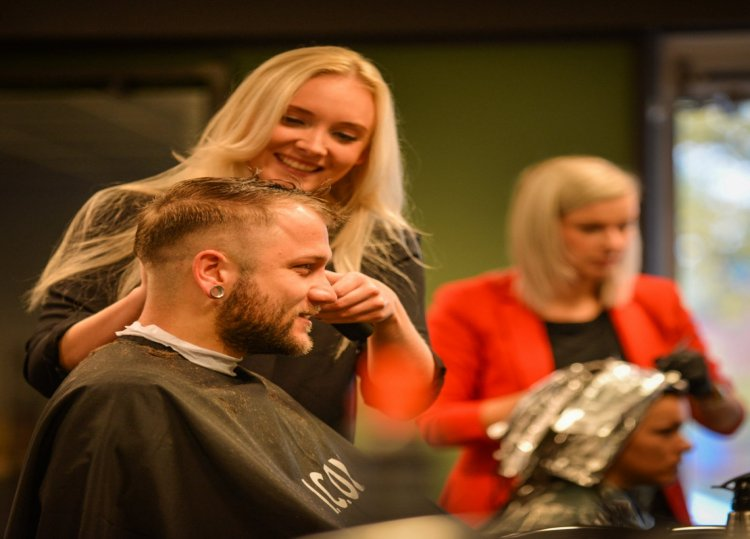 Shapers_of_Hair_Marieke_man_knippen.jpg
