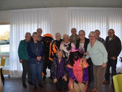 Zwarte Pieten ook op bezoek bij de bewoners in De Aanleg in Harderwijk
