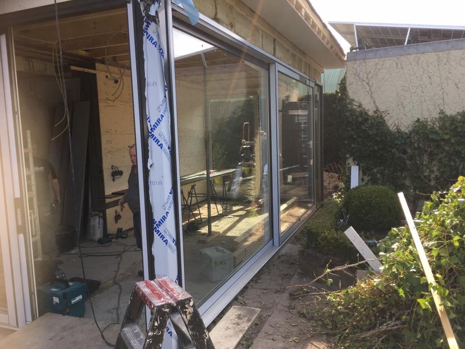 Bestisol Harderwijk: Uitbouw voorzien van 3 kunststof hefschuifpuien
