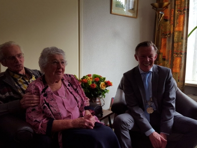 Echtpaar H. Bosma en M. Bosma-van Ballegooijen vieren hun 65-jarig huwelijksjubileum (video)