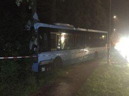 'Onwel geworden' buschauffeur knalt frontaal tegen boom
