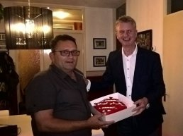 Rode taart voor Frits Sparnaaij