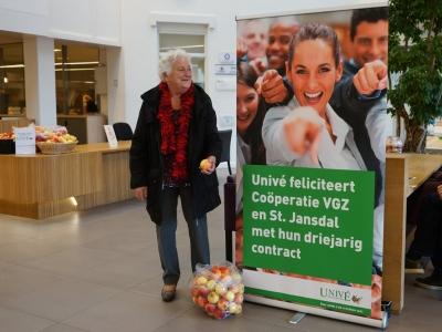 Univé Dichtbij verrast bezoekers in St.Jansdal met een appelactie