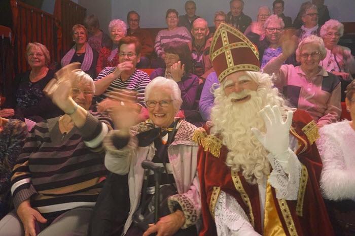 Senioren ZorgDat bezoeken voorstelling Pietenhuis!