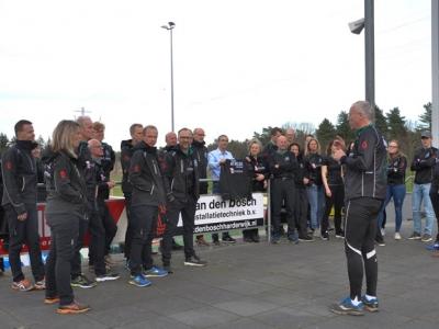 Trainers Athlos tonen aan het publiek de nieuwe trainersoutfit