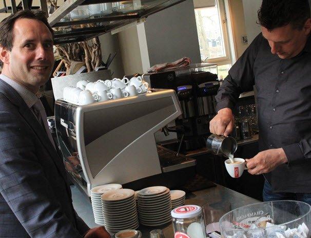 """Burgemeester Van Schaik verzorgt aftrap Uitgestelde Koffie: """"Iedereen moet er lekker op uit kunnen"""""""