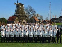 Harderwijks Mannenkoor collecteert voor de Cultuurfonds Anjeractie in Harderwijk