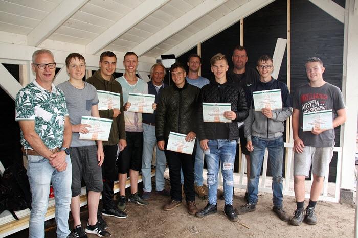 15 Leerlingen leren houtvak in de praktijk