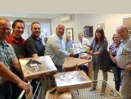 Hoornstra Ophof Infra schenkt 500 haringen aan Harderwijkse zorginstellingen