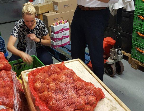 Univé collega's helpen een handje mee bij de Voedselbank