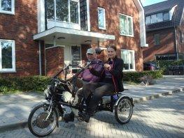 Amber fietst met Thuishuis-bewoner