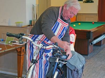 Repair Café helpt ouderen veilig de herfst in