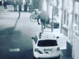 Niet zo slim: onder het oog van de camera's over een politieauto lopen