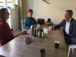 Wethouder Van Noort op de koffie bij pleeggezin