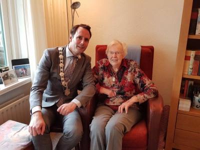 Mevrouw Aartsen-Brandsen viert haar 102e verjaardag