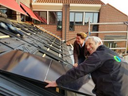 Wethouder Christianne van der Wal plaatst eerste zonnepaneel op dak Huis van de Stad