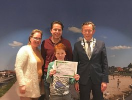 Bennet Tempelman (10) ontvangt certificaat voor zelfstandig reizen met OV