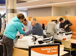 Wethouders zetten mini-autootjes in elkaar voor patiëntjes St Jansdal