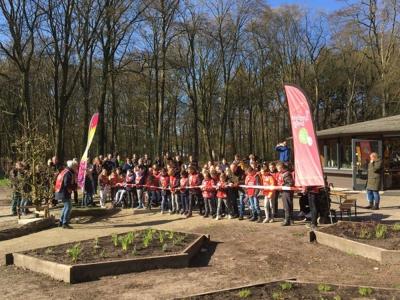 Leerlingen cbs De Rank uit Harderwijk openen speelnatuur op Oud Groevenbeek