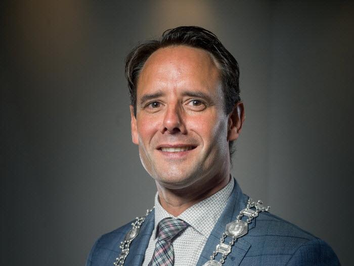 De herdenkingsplechtigheid en de toespraak van burgemeester Harm-Jan van Schaik