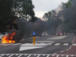 Auto vliegt in de brand op de Alberdingk Thijmlaan in Harderwijk