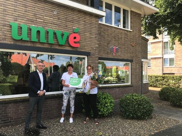 Univé Harderwijk reikt cheque uit aan Stichting Present