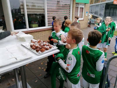 Oliebollen voor de jeugd van VVOG groot succes!